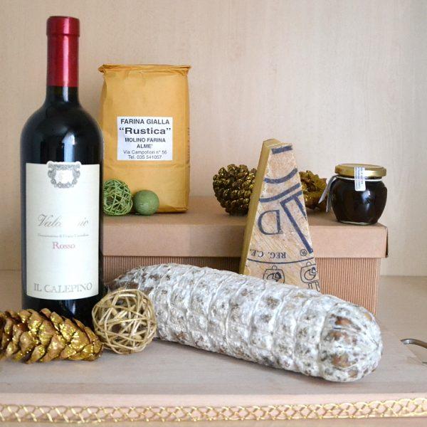 Bòcia: confezione natalizia con formaggi, salumi, vino e polenta